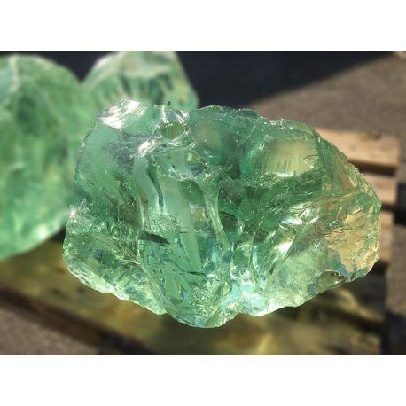 Glasbrocken hellgrün klar gebohrt als Quellstein Nr.2848