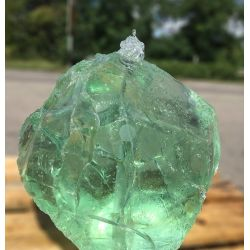 Glasbrocken hellgrün klar gebohrt als Quellstein Nr.2850