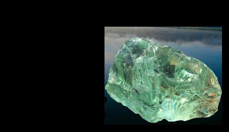 Glasbrocken hellgrün klar gebohrt als Quellstein